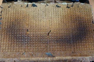 Dunkelbraune Spur auf Zimtwaffeln des Syntrox ZWE-800